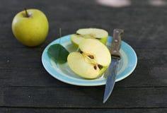 Corte las manzanas en fondo woodent Imagen de archivo