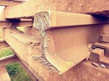 Corte los carriles oxidados Acción de los carriles de acero en el viejo ferrocarril cerrado Transporte a la fundición de acero pa Imágenes de archivo libres de regalías
