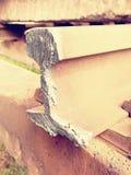 Corte los carriles oxidados Acción de los carriles de acero en el viejo ferrocarril cerrado Transporte a la fundición de acero pa Fotografía de archivo