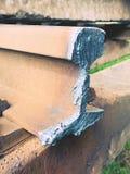 Corte los carriles oxidados Acción de los carriles de acero en el viejo ferrocarril cerrado Transporte a la fundición de acero pa Imagen de archivo libre de regalías