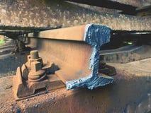 Corte los carriles oxidados Acción de los carriles de acero en el viejo ferrocarril cerrado Transporte a la fundición de acero pa Fotografía de archivo libre de regalías