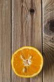 Corte los gastos indirectos anaranjados en la madera Imagenes de archivo