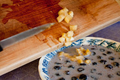 Corte los plátanos raspados en un tazón de fuente de cereal Fotografía de archivo
