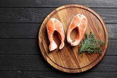 Corte los salmones frescos en una tabla de madera foto de archivo libre de regalías