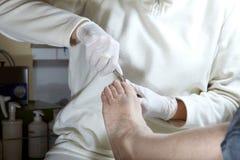 Corte los uñas del dedo del pie Foto de archivo libre de regalías