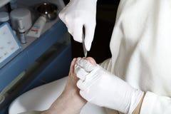 Corte los uñas del dedo del pie Fotografía de archivo