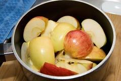 Corte maçãs em um potenciômetro Fotos de Stock Royalty Free