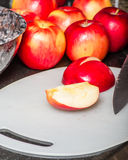 Corte maçãs vermelhas com faca Imagem de Stock Royalty Free