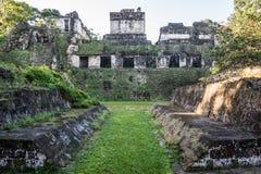Corte maya de la bola en Tikal, parque nacional Guatemala que viaja, c Imagen de archivo libre de regalías
