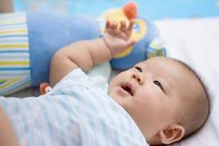 Corte a mentira asiática do bebê na terra imagem de stock