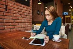 Corte a mulher que o advogado está usando a tabela digital, imagens de stock royalty free