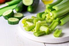 Corte o aipo fresco maduro nos vegetais brancos do pepino do alimento da dieta saudável de placa de corte Imagens de Stock