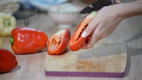 Corte o alimento preparado das pimentas vermelhas video estoque