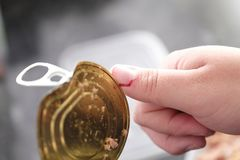 Corte o dedo com fim da tampa da lata de lata acima do conceito doméstico do acidente imagens de stock royalty free