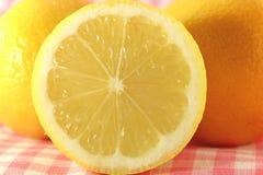 Corte o limão amarelo Imagens de Stock