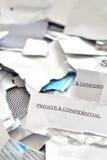 corte o los correos rasgados de los posts privados y confidenciales Imagenes de archivo