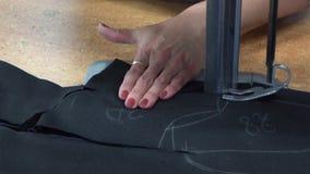 Corte o material Close-up Matéria de corte industrial costura da loja vídeos de arquivo