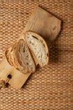 Corte o pão que mostra a textura do ar da farinha no bloco de madeira com fundo do weave e copie o espaço fotografia de stock royalty free