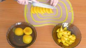 Corte o pêssego em fatias Mover-se r?pido vídeos de arquivo