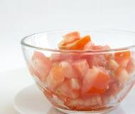 Corte o tomate em uma bacia Fotos de Stock