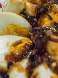 Corte os brancos dos ovos do agridoce em uma placa Foto de Stock Royalty Free