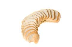 Corte partes do pão branco no fundo branco fotografia de stock
