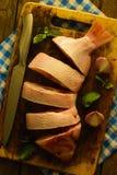 Corte peixes na placa de desbastamento com faca e hortelã com chalota Imagens de Stock