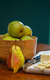 Corte a pera e corte o queijo com a bacia de peras foto de stock royalty free