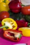 Corte a pimenta vermelha em uma placa da cozinha Foto de Stock