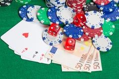 Corte, quatro áss, microplaquetas de pôquer coloridas e euro- cédulas em uma GR Imagem de Stock Royalty Free