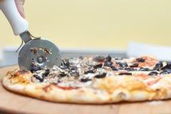 Corte quente da pizza Fotos de Stock Royalty Free