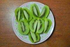 Corte recentemente o fruto de quivi, combinado em uma variedade de pratos em uma placa de madeira foto de stock royalty free
