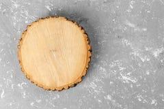 Corte redondo de coto de árvore com anéis anuais no fundo do cimento Vista superior com espaço da cópia imagem de stock