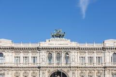 Corte suprema di cassazione italiana di giorno con cielo blu e il clou fotografia stock