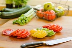 Corte tomates e outros vegetais Fotos de Stock