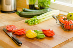 Corte tomates e outros vegetais Foto de Stock