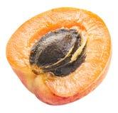 Corte transversal maduro del ` s del albaricoque con la semilla del albaricoque en ella Recortes P imagen de archivo