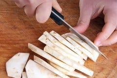 Corte um aipo na listra para uma sopa Fotos de Stock