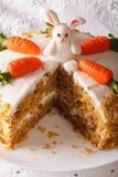 Corte un pedazo de torta de zanahoria adornado con el primer del conejito Vertic Imágenes de archivo libres de regalías