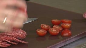 Corte un tomate con un cuchillo almacen de video
