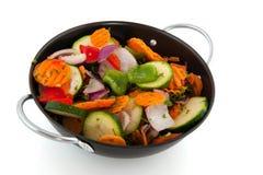 Corte vegetais em uma frigideira imagens de stock royalty free