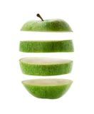 Corte verde de la manzana en las rebanadas aisladas sobre un blanco fotos de archivo libres de regalías