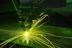 Corte y chispa del laser en el trabajo imagen de archivo libre de regalías