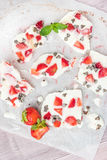 Corteccia congelata sana casalinga del yogurt della fragola Immagine Stock