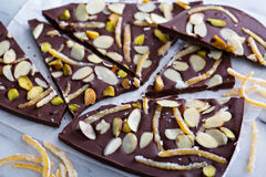 Corteccia del cioccolato delle mandorle, della scorza d'arancia e del sale Immagini Stock