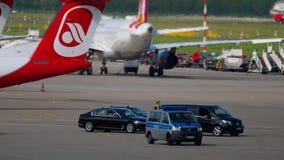 Cortege governamental no aeroporto de Dusseldorf video estoque