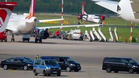 Cortege governamental no aeroporto de Dusseldorf filme