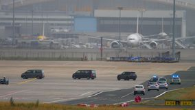 Cortege governamental no aeroporto de Francoforte video estoque