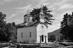 Corteje a igreja - em Cetinje - Montenegro preto e branco fotos de stock