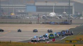 Corteo governativo nell'aeroporto di Francoforte stock footage